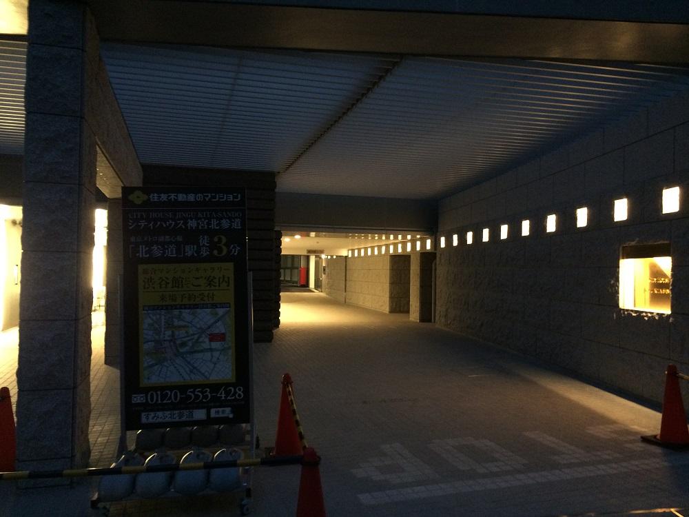 シティハウス神宮北参道の工事進捗現地画像_2016年3月_夜_エントランス横の車道路