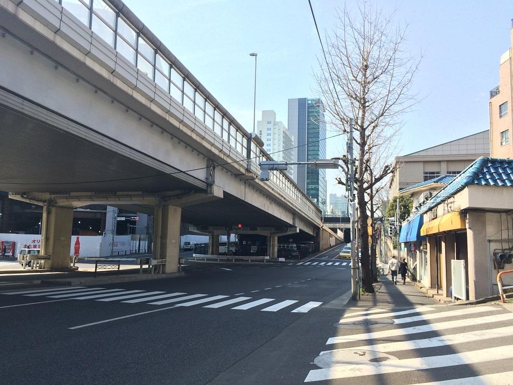 グランドメゾン表参道_六本木道りから渋谷方面を見る